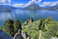 从被破坏的塔的Como湖 库存照片