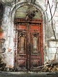 被破坏的大厦的被放弃的门 免版税图库摄影