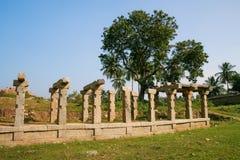 被破坏的寺庙柱子在hampi的 免版税图库摄影