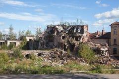 被破坏的房子在老市中心 库存照片