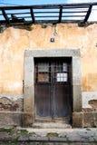 被破坏的房子门在安地瓜 免版税库存照片