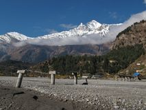 被破坏的桥梁和道拉吉里峰 库存照片