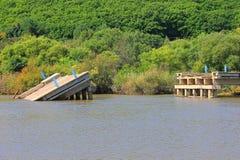 被破坏的桥梁 库存图片