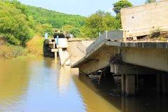 被破坏的桥梁 免版税库存照片
