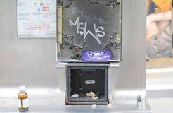 被破坏的电话亭 库存图片