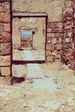 被破坏的石门道入口古老宫殿,被定调子的葡萄酒 免版税库存照片