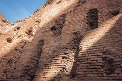 被破坏的砖墙 免版税库存照片