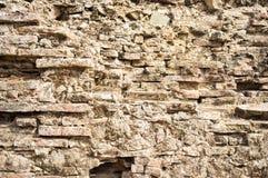 被破坏的老减速火箭的砖墙 库存图片