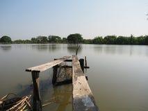 被破坏的老木桥 免版税库存照片