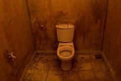 被破坏的老洗手间 免版税库存照片