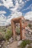 被破坏的门在Bodie鬼城,加利福尼亚 免版税库存照片