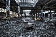 被破坏的仓库内部 库存图片