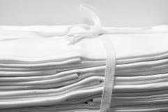 被系带的捆绑白色锦缎布料餐巾 库存照片