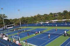 被更新的实践法院在比利・简・金国家网球中心准备好美国公开赛比赛 免版税库存照片