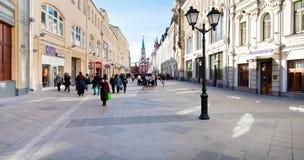 被更新的Nikolskaya街道全景在莫斯科 库存照片