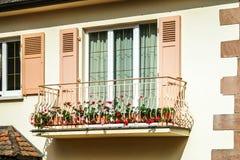 被更新的pvc窗口在老房子里 免版税图库摄影