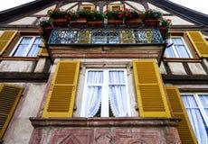 被更新的pvc窗口在老房子里 免版税库存照片