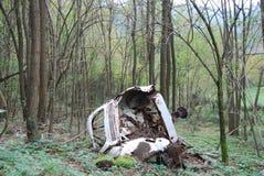 被击毁的汽车在森林里在托斯卡纳地区 免版税库存图片