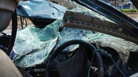被击毁的汽车损坏的挡风玻璃 库存照片