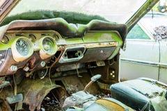 被击毁的绿色汽车老内部  免版税库存照片