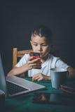 被滥用的儿童感觉重音和压力在学校和研究 库存图片