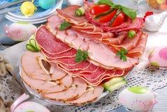 被治疗的肉、火腿和蒜味咸腊肠盛肉盘在食者桌上 库存照片