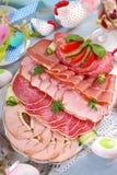 被治疗的肉、火腿和蒜味咸腊肠盛肉盘在食者桌上 库存图片