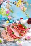 被治疗的肉、火腿和蒜味咸腊肠盛肉盘在食者桌上 免版税库存照片