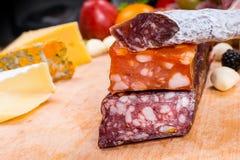 被治疗的肉品种在食家乳酪板的 图库摄影