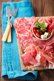 被治疗的肉开胃小菜盛肉盘  免版税图库摄影