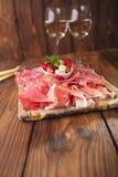 被治疗的肉开胃小菜盛肉盘  免版税库存照片