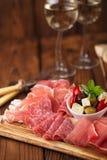 被治疗的肉开胃小菜盛肉盘  免版税库存图片