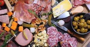被治疗的肉熟食店、火腿、蒜味咸腊肠、头脑和乳酪盛肉盘  免版税库存图片