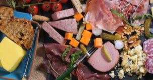 被治疗的肉熟食店、火腿、蒜味咸腊肠、头脑和che盛肉盘  免版税图库摄影