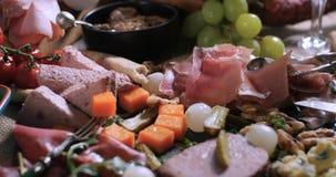 被治疗的肉熟食店、火腿、蒜味咸腊肠、头脑和che盛肉盘  免版税库存照片