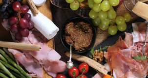 被治疗的肉熟食店盛肉盘:火腿、蒜味咸腊肠和乳酪 库存图片