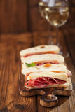 被治疗的肉jamon香肠和ciabatta面包 库存图片