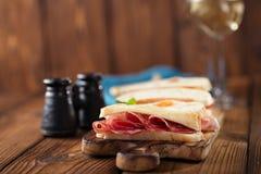 被治疗的肉jamon香肠和ciabatta面包 免版税库存照片