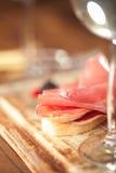 被治疗的肉jamon香肠和ciabatta面包 库存照片