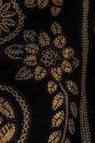被绘的丝绸蜡染布的抽象黑等高和盐溶样式 库存图片