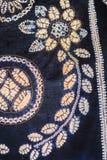 被绘的丝绸蜡染布的抽象黑等高和盐溶样式 库存照片