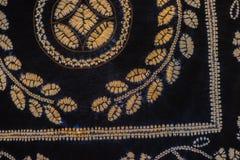 被绘的丝绸蜡染布的抽象黑等高和盐溶样式 免版税库存照片