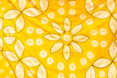 被绘的丝绸蜡染布的抽象黄色等高和盐溶样式 免版税库存照片