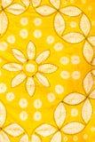 被绘的丝绸蜡染布的抽象黄色等高和盐溶样式 库存图片