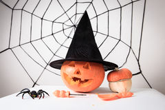 被绘的南瓜、帽子、蜘蛛和网为万圣夜集会 免版税库存照片