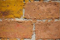 被绘的和剥落的赤土陶器砖墙的宏观图象 免版税图库摄影