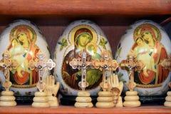 被绘的复活节彩蛋和木耶稣受难象 免版税库存照片