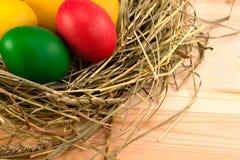 被绘的复活节彩蛋在干草巢在  免版税图库摄影