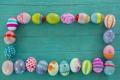 被绘的复活节彩蛋在木板条的长方形形状安排了 库存照片