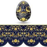 被绘的复活节彩蛋 在绘画全国样式的深蓝和金无缝的样式在瓷的 免版税库存图片